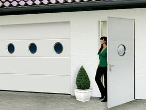 Дверь с секционными воротами